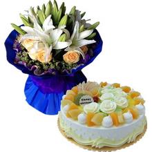 5枝多頭白百合中間盛放,11枝香檳玫瑰外圍,水晶草、勿忘我圍邊;圓形鮮奶水果蛋糕