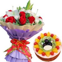 12枝紅玫瑰,3枝多頭白百合,葉上花間插;圓形水果蛋糕