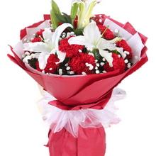 11枝紅色康乃馨,2枝多頭白百合,滿天星、綠葉間插