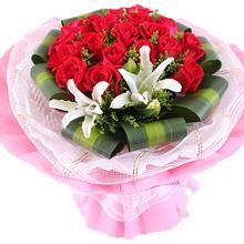 22枝红玫瑰,玫瑰旁边插1枝多头白百合,黄莺间插,巴西叶围边