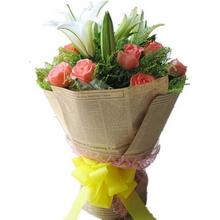 9枝粉玫瑰,2枝多頭白百合中間,黃鶯間插