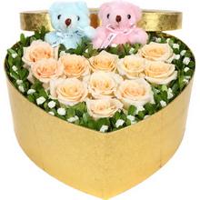 香檳玫瑰擺成心形,滿天星、米蘭葉外圍,2個情侶小熊