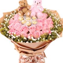 21枝戴安娜粉玫瑰+7颗巧克力,满天星、黄莺外围,2个情侣小熊