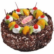 圆形巧克力水果蛋糕,时令水果装饰,白色奶油点缀红樱桃。