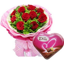 11枝紅玫瑰,間插黃鶯和綠葉豐滿;一盒98克德芙心語巧克力