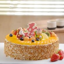 圓形祝壽水果蛋糕,時令水果鋪面,一對福壽老人,蛋糕上插壽字型巧克力牌(以店里為準),花生碎圍邊