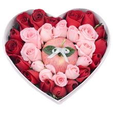 平安果(蘋果)1個在中間,11支粉玫瑰圍成心形,外圍18支紅玫瑰搭配