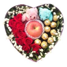 9支昆明紅玫瑰、9顆圓形巧克力,1只平安果(蘋果)搭配2個小公仔,滿天星或其他配花適量點綴
