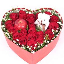 19支精品紅玫瑰、左右分別搭配公仔和平安果(蘋果),滿天星或其他配花適量點綴
