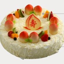 圓形祝壽水果蛋糕,白色巧克力屑鋪面,壽桃與水果圍圈搭配