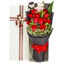 紅玫瑰,綠葉間插豐滿,水晶草外圍點綴,2個情侶小熊