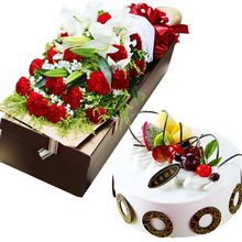 19朵紅色康乃馨,2枝多頭白百合,滿天星、黃鶯間插;圓形水果蛋糕,水果點綴,巧克力片圍邊