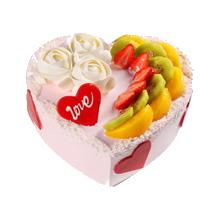 心形水果蛋糕,一邊制作3朵白色鮮奶玫瑰花,一邊各式時令水果成排鋪面,心形巧克力裝飾