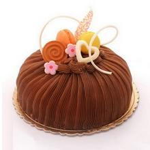 圓形栗子蛋糕,栗子蓉鋪面,巧克力裝飾、馬卡龍點綴