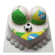 心形水果比基尼蛋糕,黄色、蓝色、绿色鲜奶丝装饰,底部火龙果球装饰