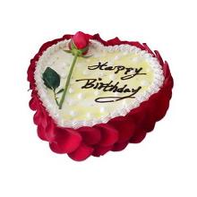 心形水果蛋糕,表面黃色果醬淋面,鮮奶裱花圍邊,一朵新鮮玫瑰花裝飾,新鮮玫瑰花瓣外圍