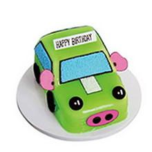方形卡通小豬汽車蛋糕,綠色果醬搭配鮮奶、巧克力裝飾制作成小豬造型