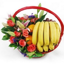 蘋?果、香蕉、橙子、紅提等時令水果,10支粉玫瑰,3支多頭粉百合,綠葉間插