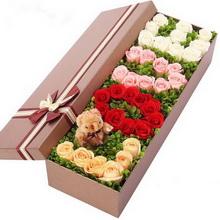 共36朵玫瑰;7朵香槟玫瑰,10朵红玫瑰,9朵粉玫瑰,10朵白玫瑰分别摆成LOVE字型,1个小熊