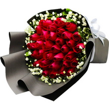 红玫瑰,满天星、栀子叶外围