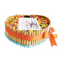 心形數碼蛋糕,中間數碼照片(另提供圖片),彩虹豆鋪面,手指餅干外圍,精美絲帶
