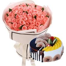 66朵粉玫瑰,绿叶点缀;圆形水果蛋糕,时令水果、巧克力装饰铺面,巧克力酱