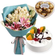 24朵香檳玫瑰,3枝多頭粉百合,綠材點綴;圓形水果蛋糕,水果、巧克力裝飾點綴;費列羅心形盒裝巧克力100g