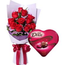 紅玫瑰,綠葉、勿忘我間插;98克德芙心語盒裝巧克力
