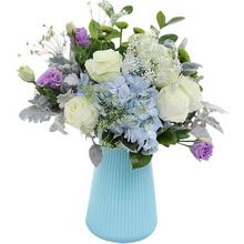 白雪山11枝、藍繡球1枝、梔子葉0.5扎、小綠菊3枝、紫桔梗3枝、銀葉菊4枝、蕾絲5枝