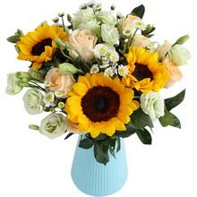 向日葵3枝、香檳玫瑰9枝、白色小雛菊4枝、綠桔梗5枝、梔子葉4枝。
