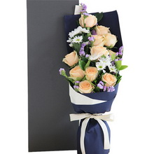 香槟玫瑰11枝、白色小雏菊3枝、浅紫色勿忘我4枝、栀子叶2枝