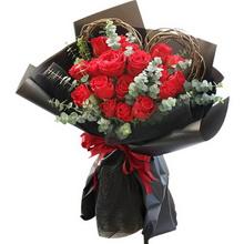 19朵紅玫瑰,搭配適量尤加利葉、藤狀植物裝飾