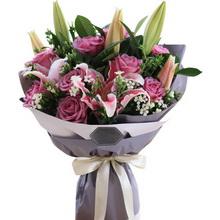11枝冷美人紫玫瑰,多頭粉百合2枝,白色相思梅5枝,梔子葉0.5扎