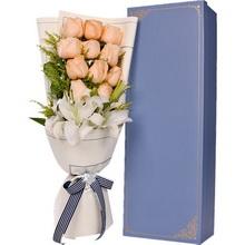 11朵香檳玫瑰、1支多頭白百合,搭配適量黃鶯草裝飾