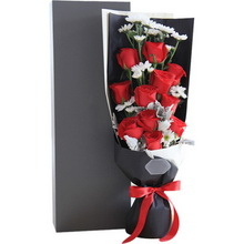 卡罗拉红玫瑰11枝、白色小雏菊4枝、银叶菊0.5扎