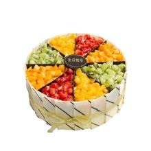圓形水果蛋糕,草莓、芒果、獼猴桃(時令水果為準)分格鋪面,巧克力片外圍