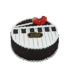 圓形巧克力蛋糕,鋼琴圖案,巧克力屑搭配如圖,草莓點綴