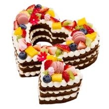 愛心水果蛋糕,巧克力胚子或(原味胚子上面撒可可粉),加水果、巧克力裝飾