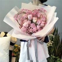 16枝粉佳人玫瑰,龍柳心形藤架,滿天星點綴
