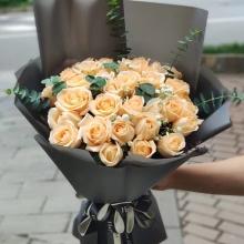 33枝香檳玫瑰,滿天星、尤加利葉間插