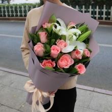 11枝戴安娜玫瑰,2枝多頭白百合,綠葉搭配