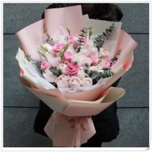 21支粉雪山玫瑰,搭配桔梗、尤加利葉點綴