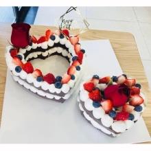 愛心水果網紅蛋糕,巧克力胚子或(原味胚子上面撒可可粉),加水果、巧克力裝飾