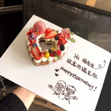愛心水果蛋糕,巧克力胚子或(原味胚子上面撒可可粉),加水果、巧克力裝飾,配大蛋糕底盤+文字