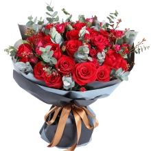 33枝紅玫瑰,多頭小玫瑰、尤加利葉間插