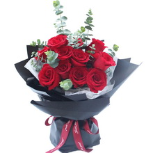 11朵红玫瑰,搭配尤加利叶花束