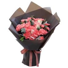 19朵粉色康乃馨,2朵戴安娜玫瑰,銀葉菊,尤加利搭配花束