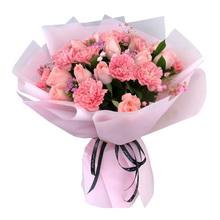 11支粉色康乃馨,11支粉佳人玫瑰,搭配少許相思梅,粉色滿天星,綠葉圓形花束