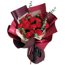 19支紅色康乃馨,搭配尤加利葉單面花束