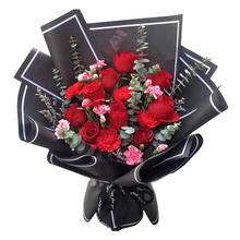 9朵紅玫瑰,5朵紅色康乃馨,尤加利葉間插,情人草,多頭玫瑰搭配